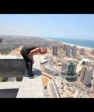 【中東発!Breaking News】バク宙であわや命を! たった8秒の手に汗握る動画。(イスラエル)