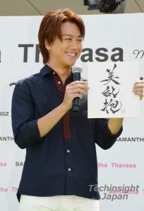 達筆すぎる書「美乱抱」を披露したTAKAHIRO