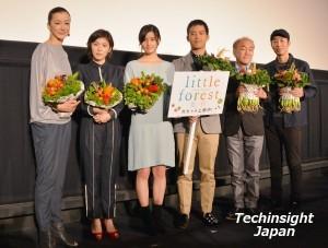 べジフラワーを手に 左から桐島かれん、松岡茉優、橋本愛、三浦貴大、温水洋一、森淳一監督
