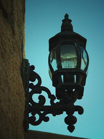 街灯の電力ケーブルから立ちションで感電死。(画像はイメージです)