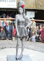 【イタすぎるセレブ達】故エイミー・ワインハウスのリアルな彫像がロンドンに登場。