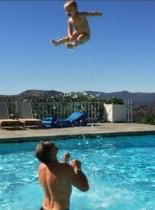 【イタすぎるセレブ達】ジェシカ・シンプソンの夫、元NFL選手のスゴ技で息子を空高く!