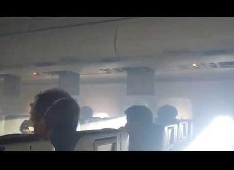 【海外発!Breaking News】米LCCジェットブルー機がエンジントラブル。白煙立ち込める緊迫の機内映像!