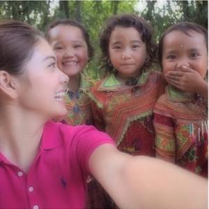 ベトナムで子どもたちと写メを撮る森星(画像はinstagram.com/xxhikarixxより)
