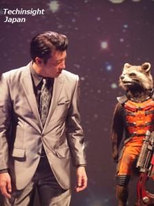 自身が声をあてたアライグマの「ロケット」を見つめる加藤浩次