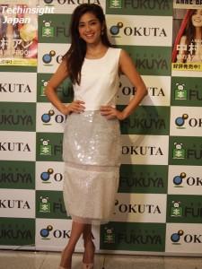 白を基調にしたドレスが似合う中村アン