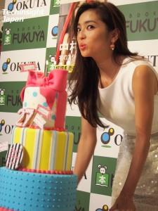 27歳のバースデーケーキを前にお茶目な表情の中村アン