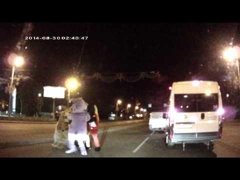 【EU発!Breaking News】ミッキーマウスらの着ぐるみが公道で大暴れ。子供の夢を壊す動画が流出!(露)