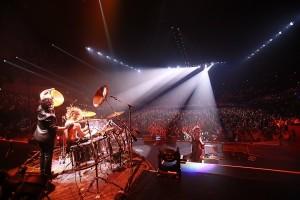 X JAPANの熱いパフォーマンスに横浜アリーナに詰め掛けた観客たちも熱狂