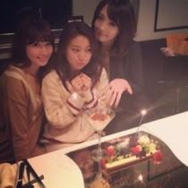 【エンタがビタミン♪】佐藤かよ&小嶋陽菜が大島優子の誕生日をお祝い。可愛らしい3ショットにファン歓喜。