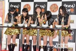 「美味しい」と試食するベイビーレイズ(左から大矢梨華子、傳谷英里香、林愛夏、高見奈央、渡邊璃生)