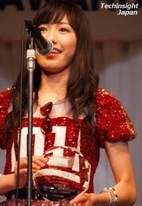 「第27回 日本 メガネ ベストドレッサー賞」表彰式でスピーチをする渡辺麻友