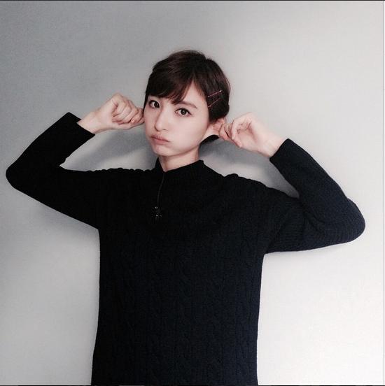 """【エンタがビタミン♪】篠田麻里子が耳マッサージ。丸顔に悩みながらも日常では""""リア充""""を実感。"""
