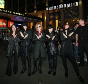 米NYのマディソン・スクエア・ガーデン前に並ぶ、X JAPAN。