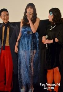 青いクラゲそのものの衣装 シースルーがセクシーな片瀬那奈