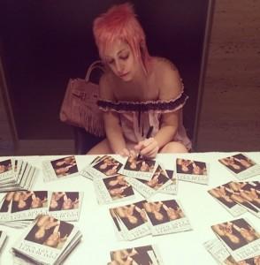 【イタすぎるセレブ達】レディー・ガガ、ピンクの髪&ノーメイクを披露。
