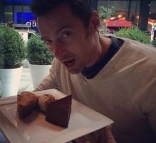"""【イタすぎるセレブ達】ヒュー・ジャックマン、ケーキはぐっと我慢。""""ウルヴァリン""""モードでトレーニング。"""