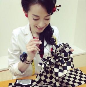 ワンちゃんの服を手縫いする篠原ともえ(画像はinstagram.com/shinoharatomoeより)