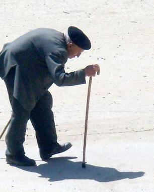 【海外発!Breaking News】85歳男性、道路横断の途中で赤信号に。「歩くのが遅い」と罰金刑!(伊)