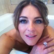 【イタすぎるセレブ達】エリザベス・ハーレイ49歳が血迷う。自撮り入浴写真を公開。