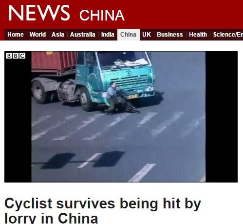【海外発!Breaking News】九死に一生を得た中国人男性、大型トラックにひかれるも立ち上がる!