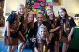 【イタすぎるセレブ達】オバマ大統領、少女らとティアラをかぶって「ハイ、ポーズ!」