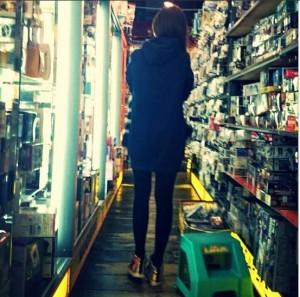 秋葉原『まんだらけ』でフィギュアを探す平子理沙。(画像は平子理沙 Instagramより)