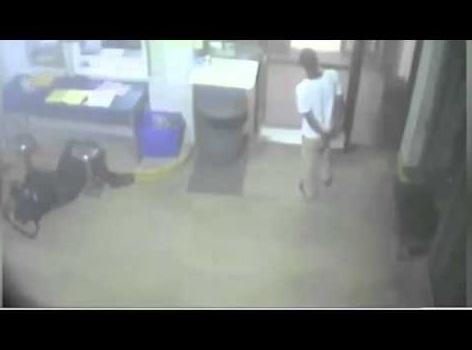 手錠をはめた17歳少年、心臓発作の警察官を救う(画像はYouTubeのサムネイル)