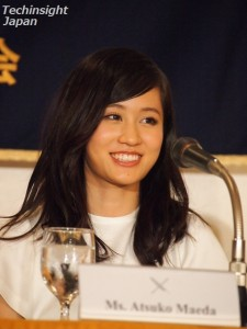 笑顔を見せた前田敦子