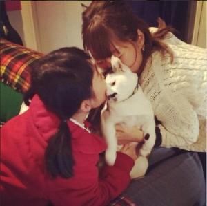 「ネコ吸い」する女の子と坂本美雨。(画像は坂本美雨 Instagramより)