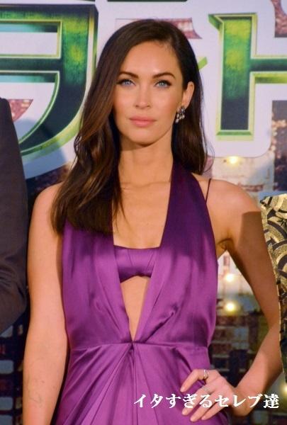 紫の大胆ドレスは非常に似合っていたのだが…。寒さ対策が甘かったミーガン・フォックス