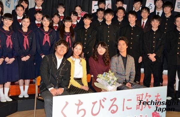 素晴らしい歌声を披露した合唱部の生徒と。左から三木孝浩監督、木村文乃、新垣結衣、桐谷健太