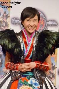 ポール・スタンレーから黒い羽つきのベストを着せてもらい嬉しそうな百田夏菜子