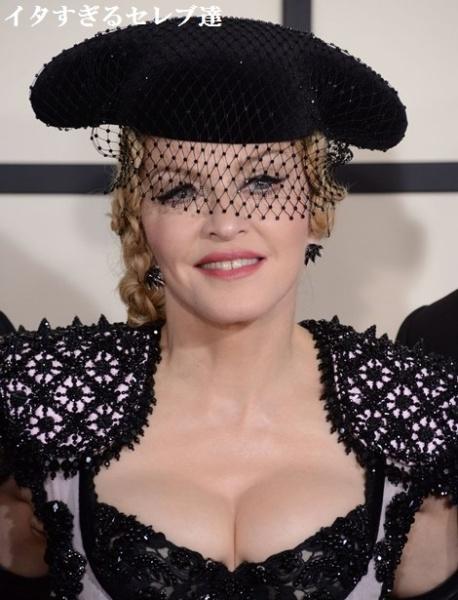 胸元も露わな衣装で登場したマドンナ