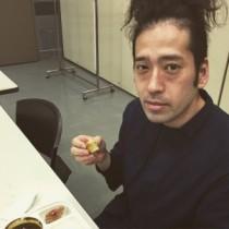 【エンタがビタミン♪】ピース・又吉、パイナップルヘアーでの楽屋ショットに「男前」「顔色が…」と反響。