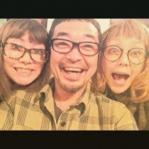 【エンタがビタミン♪】PUFFY、育ての親・奥田民生とのメガネ3ショット。「最高のトリオ!」「たまらんッッ」と反響。