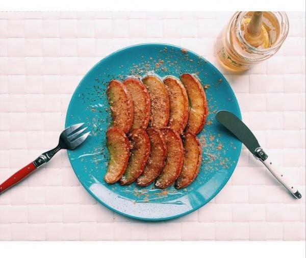 """【エンタがビタミン♪】ローラが朝食""""りんごのココナッツオイル焼き""""を公開。「スマスマ以来、毎日作っている」と反響。"""