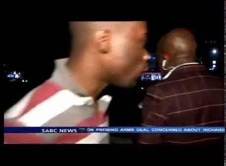 【海外発!Breaking News】中継現場で堂々と。南ア・メディアのTVレポーターら電子機器を強奪される。<動画あり>