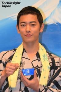 ロッテ『爽』の新CMで爽やかにアイスを食べる姿を披露している、佐藤健