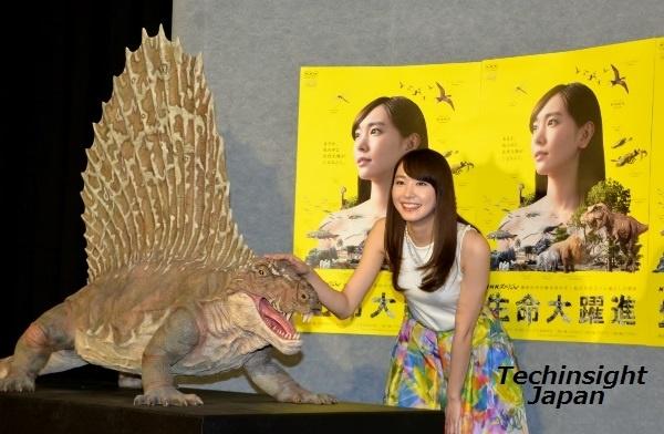 恐竜の頭を笑顔でなでる 新垣結衣