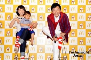 靴下を履く姿を披露した石田純一と理汰郎くん
