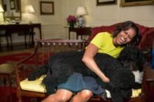 """【イタすぎるセレブ達】米オバマ大統領夫人、大喜び。""""51歳""""と聞いた女の子が「そんなワケない、若いもん」"""