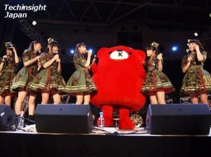 サークルのサンクスの公式キャラクター・ぷらクマくんもエビ中のステージに登場。