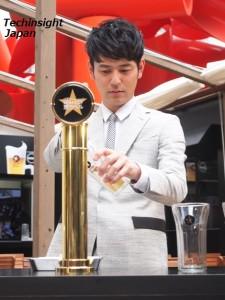 真剣にグラスにビールを注ぐ妻夫木聡