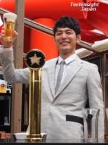 【エンタがビタミン♪】妻夫木聡「ほら!」とドヤ顔披露! ビールサーブに再挑戦、グラス片手にガッツポーズ。