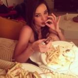 【イタすぎるセレブ達】ミランダ・カーがセクシーな食事姿を披露。フライドポテトなどは「ショーの後の楽しみ!」
