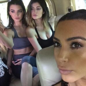 """【イタすぎるセレブ達】カイリー・ジェンナーの""""唇""""整形に、姉達の意見が割れる。キムは「素敵」、ケンダルは「厚すぎ」。"""