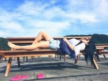 【エンタがビタミン♪】蒼井そら、沖縄のベンチでくつろぐ姿に海外から称賛。「Wow them legs」