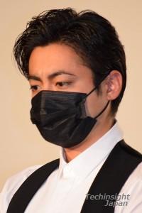 ざわちん風マスクをつけ登場した、山田孝之