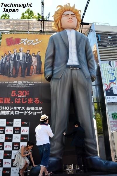 映画『新宿スワン』綾野剛演じる白鳥龍彦の8m巨大バルーンオブジェに興味津々のキャストたち